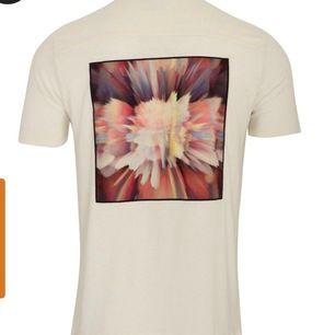 LIMITATO linne piké, Tema: Butterfly. Storlek XS men passar även S samt liten M. Testad 1 gång Nypris: 2 100kr säljer den för 1000 eller högstbjudande!