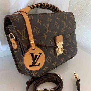 Louis Vuitton inspirerad väska med flätad handtag och logan som kan väljas bort  nytt Mycket bra kvalite a kopi Hämtas fraktas spårbar