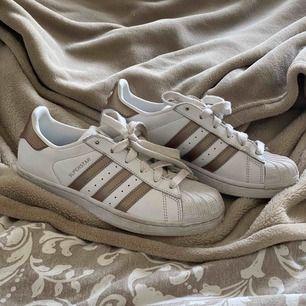 Storlek 36 (& 2/3), snygga guldiga superstar Adidas skor, använt ett fåtal gånger så fått lite smuts, men absolut inga repor eller annan skada. Skriv vid intresse :)