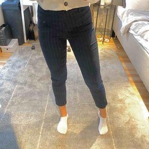 Ett par fina kostym byxor i storlek 36 💕 har tyvärr blivit för små för mig som har 36 i vanliga fall men det är nog modellen Kunden betalar för frakten😊