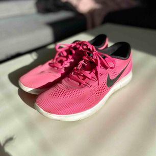Nike Free Run Använda ca 5 gånger, i mycket fint skick Storlek 38,5 Nypris ca 1000:-  Skickas spårbart med posten 63 kr