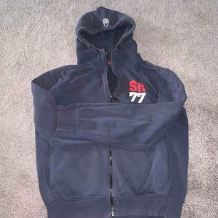 Vårjacka i bra skick , grå färg i storlek medium , märket av jackan är Sail Racing , jag vill sälja den på grund av att storleken är stor och det passar inte mig.
