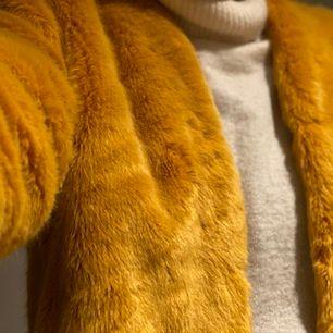 En gul super mjuk jacka från Pull&Bear. Endast använd 1/2 ggr, så är i bra skick! Är i stl M, men även snygg att ha som lite oversize jacka om du har mindre storlek. Kan mötas upp i Malmö, annars kostar frakten mellan 60-70 kr.