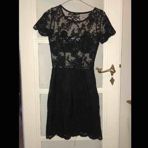 Säljer min superfina Ida Sjöstedt klänning då den har blivit för liten. Kan mötas upp i Stockholm eller frakta!
