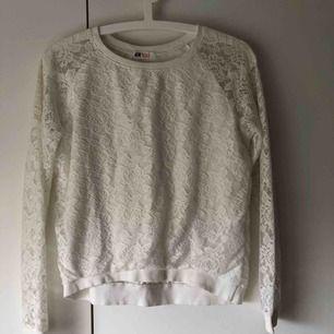 3 st söta härliga spets, stickade vita tröjor i strl XS fint nu i vår och sommar till jeansshorts/kjol eller till precis vad som helst🌸☀️ Alla 3 för 150kr eller 60 kr st👌🏽