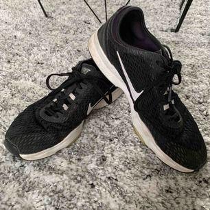Fin textilsko från Nike som är använda som löparskor och gymskor, skicket är normalt slitage Går bra att betala med swish 📦 Spårbar frakt 63kr