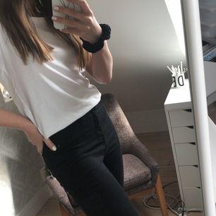 Säljer nu dessa svarta, tajta jeans från Gina🤪 Moddelen Molly🧚♀️ Knappt använda men har ändå lyckats få ett minimalt hål under vänstra knät:/ Men tur att det knappt syns🤩 Säljer endast då de är för stora för mig💫🦋 Frakt tillkommer💘
