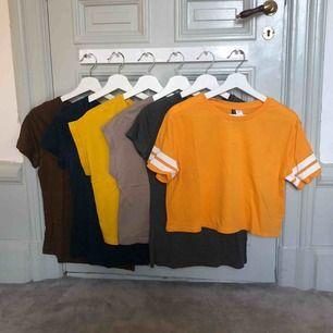 Gul T-shirt med ränder: stl S från hm. Grå T-shirt: stl S från Zara. Beige och gul T-shirt: stl S från Zara. Brun och blå T-shirt: stl S från Tiger. Alla för 100kr ⚡️ köparen står för frakt