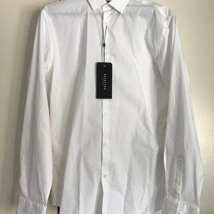 En festlig vit skjorta i storlek S. Slim fit med stretchigt material. Köparen står för frakten! (Herr)
