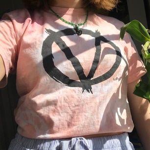 T-shirt med tryck som jag färgade rosa själv för jättelängesen 🌞