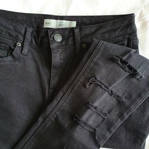 Aldrig använda svarta, tuffa jeans. Highwaist. Köpta i England på Topshop för ca 4 år sedan. Hål längst med båda benen på framsidan. Riktiga fickor fram och bak. Frakt inkluderat i priset!