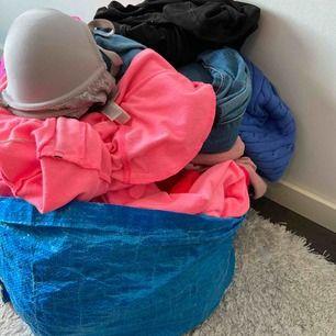 Rensat garderoben och har påsar fulla med olika kläder, finns jackor, byxor, jeans, träningskläder, bhar -allt möjligt!  Blandade storlekar, vid intresse skriv