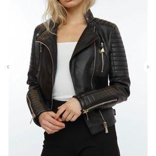 Säljer denna superpopulära moto jacket från Chiquelle i strl. 38 (men mer som en 36) Som ny! Köparen står för frakten Nypris. 699kr
