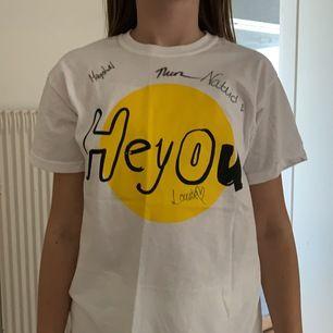 Äkta heyou t-shirt, använd en gång. Autograferna Magister Nordström, TheoZ, Nattid, Louise Hammar.
