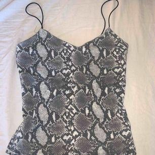 Ett fint linne köpt i London på bershka. Den är i bra skick utan några som helst skador. Möts upp i borås eller skickas av mig (köpare står för frakt, 25 kr) 😁🥰