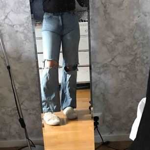 Monki jeans som jag klippt hål i, säljer för att dom har blivit på gränsen till för små för mig. Nypris 400 kr. Skulle säga att storleken motsvarar S/M