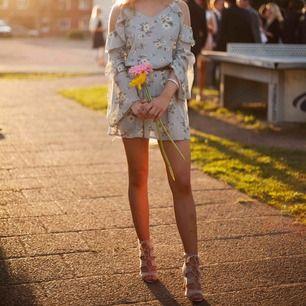 Somrig klänning från missguided med vida armar och hål vid axlarna. Använd en gång.🌸💐