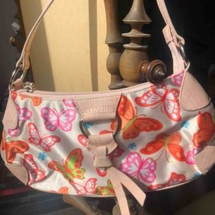 Super söt Väsk me fjärilar på, frakt 44 kronor, hör av er me prisförslag💗