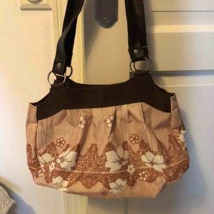 Snygg mellanstor väska me mönster och bruna läderband, frakt 44, hör av er med prisföralag🥰