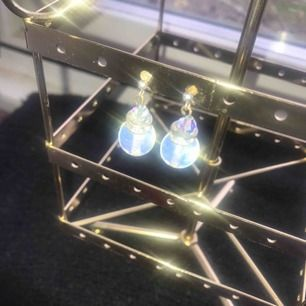 Supersnygga örhängen som är sjukt fina när ljuset ligger på dem.
