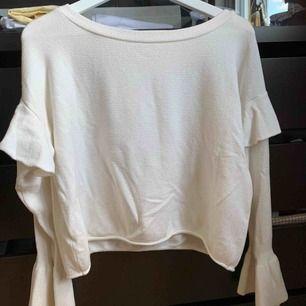 Stickad tröja med volanger från Zara, strl.s✨ krämvit utan fläckar! Köpare står för frakt