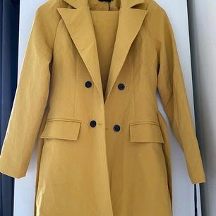En gul kostym kavaj med matchande byxor från PLT. Båda är i strl 34 and använd, prislappen är kvar som ni er på bilden.