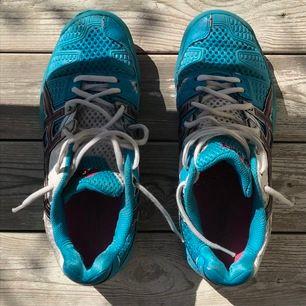 Som handbollsskor, innebandyskor eller fräscha street skor? Lite nötta men rena och riktigt bekväma!