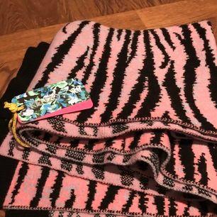 Rosa/svart halsduk från H&Ms kollektion med Kenzo. Aldrig använd, lapp fortfarande kvar.