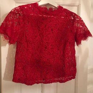 Röd spetstopp från Zara. Stl xs. Använd ett fåtal gånger i fint skick