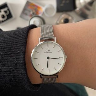 Säljer min Daniel Wellington klocka. Den har tre små repor (bild2). Men syns inte om man inte tittar supernoga. I övrigt är den i bra skick. Nypris 1299kr