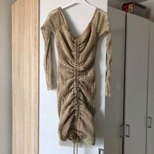 Gullig shimmrig klänning från pretty little thing! Aldrig använd, skit snygg till fest & glamour. Tyvärr var den för liten för mig och säljer därför den. Inköps pris var runt 300-400. Är många intresserade blir det budgivning!!!!