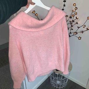 Superfin och mysig stickad off shoulder tröja från HM. Färgen är en härligt ljusrosa 🌸 En stickad tröja i mjuk kvalitet, ribbad kant. Tröjan är i väldigt bra skick då jag knappt har använt den pga har andra liknade.  ❌köparen står för frakt❌