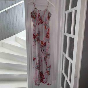 ✨sommardröm✨ Långklänning i chiffong med fjärilar i olika färger tryckta på. Klänningen är i strl M men passar en S. Klänningen är från märket