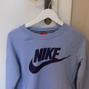 Säljer min ljus blåa Nike college tröja då den inte kommer till användning och måste göra lite spade i garderoben, sparsamt använt och inga slitningar 💖