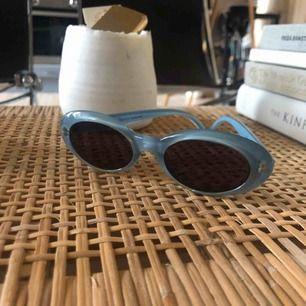 Vintage solglasögon från mulberry i mycket fint skick. Har tyvärr inte kvar orginal fodralet, skickar dom i ett fodral köpt hos en optiker. Köparen står för frakt 💕