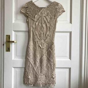 Spetsklänning från Dry Lake i storlek XS! I nytt skick! Nypris: 959kr