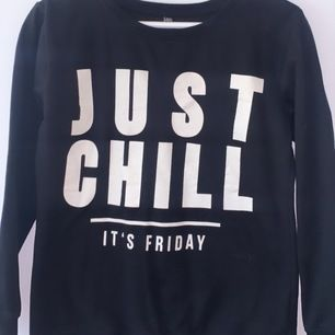 """Säljer en super mysig tröja med texten """"just chill it's friday"""" vet inte vart den kommer ifrån! Kan frakta (köparen står för frakten) eller mötas upp i Norrköping"""