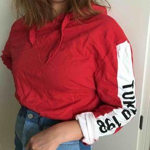 Croppad hoodie med tryck på båda ärmarna! Nyskick! 😎 frakt 44kr