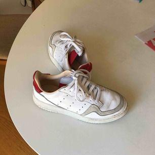 Snygga adidas skor som är nya, använda i tre dagar, storlek 39 och 1/3, köpta för 900 säljs för 500 men kan tänka mig att gå ner i pris vid snabb affär, säljer för ångrade mig att jag köpte de efter jag redan använt de en gång❤️ snygga mocka detaljer