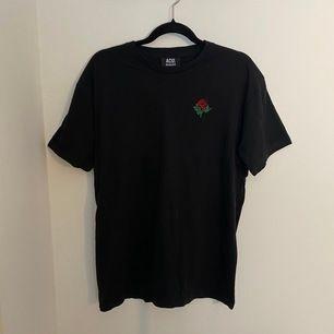 T-shirt med broderad ros 🌹