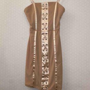 Söt klänning från fashion Nova ! Aldrig använd  Möts upp i Stockholm eller så får du betala frakten 🍓🥂