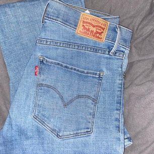 Ett par snygga jeans från Levis som tyvärr har blivit lite förkorta för mig:( Dom är i ett jätte bra skick! Köparen står för frakten. Skriv för fler bilder🖤
