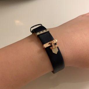 Ett helt oandvänd armband det går att flytta eller ta ut smyckena från armbandet. FRI FRAKT