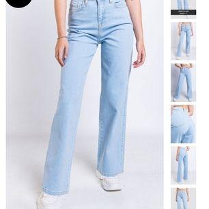 Säljer ett par jätte fina wide leg jeans ifrån Nakd som tyvärr har blivit för stora😥 knappt använda så i jätte bra skick🥰 de är 36 men jag brukar ha 32 34 och de passar hyfsat på mig så om du är en större 34 passar de nog också perfekt❤️