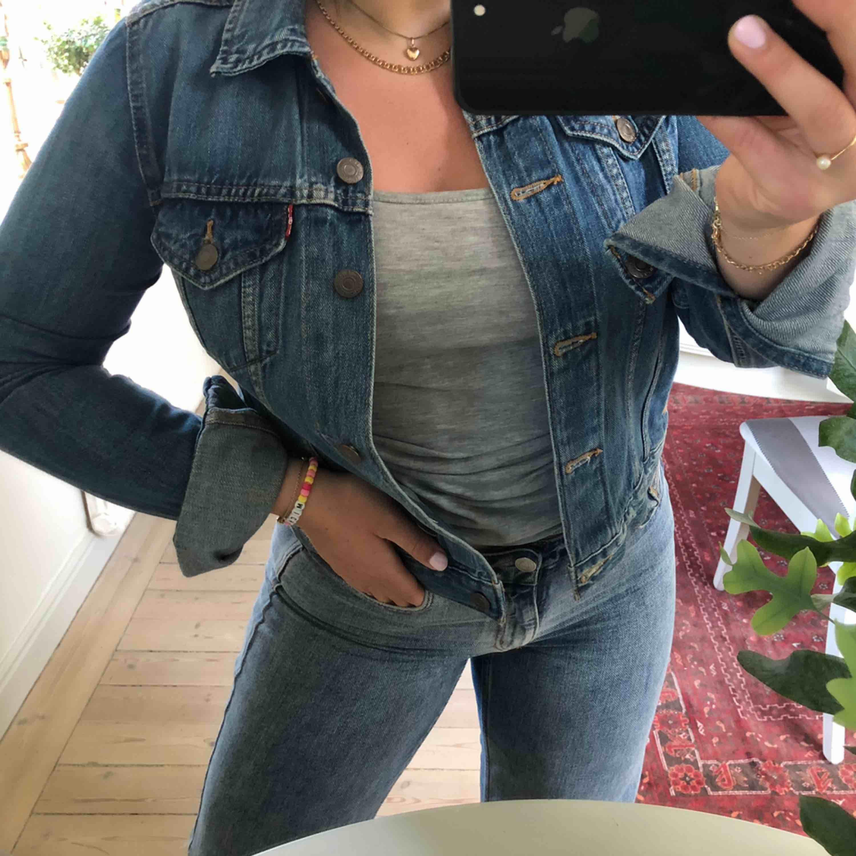Jättefin blå jeansjacka i bra skick från Levis! Typ helt oanvänd och bra kvalitet. Säljer absolut enbart pga för liten:(( Storlek S. Frakt tillkommer . Jackor.