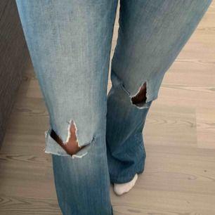 Säljer mina helt oanvända bootcut Crocker jeans med hål i!