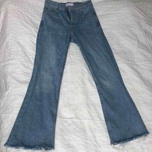 Jätte fina ljusblå utsvängda jeans från zara, knappt använda 💕