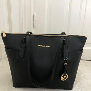 Jättesnygg trendig väska, jättebra till allt. Använd en gång nypris ca.3000 kr.