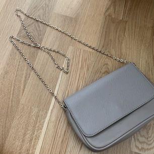 Säljer denna väska då den inte kommer till användning. Köpt på H&M.
