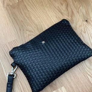 Super fin väska fortfarande i as bra skick, knappt använd. Ord pris 600. Köparen står för frakten.